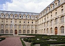 220px-Ancienne_abbaye_Val-de-Grace_cloitre_jardin