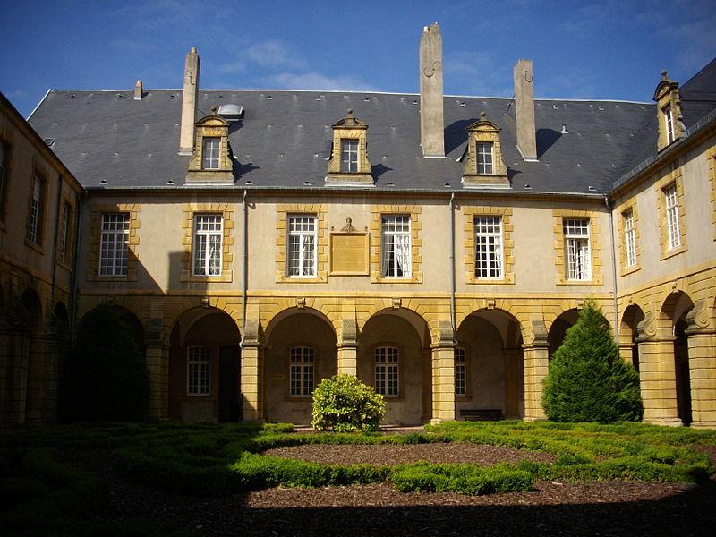 800px-Abbaye_Saint-Arnould_(cloître)